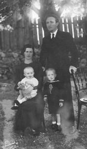 Димитрије Јерковић са супругом Љубицом и синовима Предрагом и Радомиром 1935)