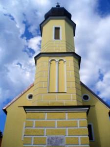 Звоник цркве у Гомирју на којем се види табла коју је поставио Исаија Дошен