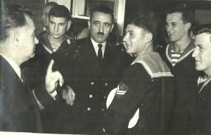 Адмирал Новковић са питомцима 18. класе Војнопоморске академије