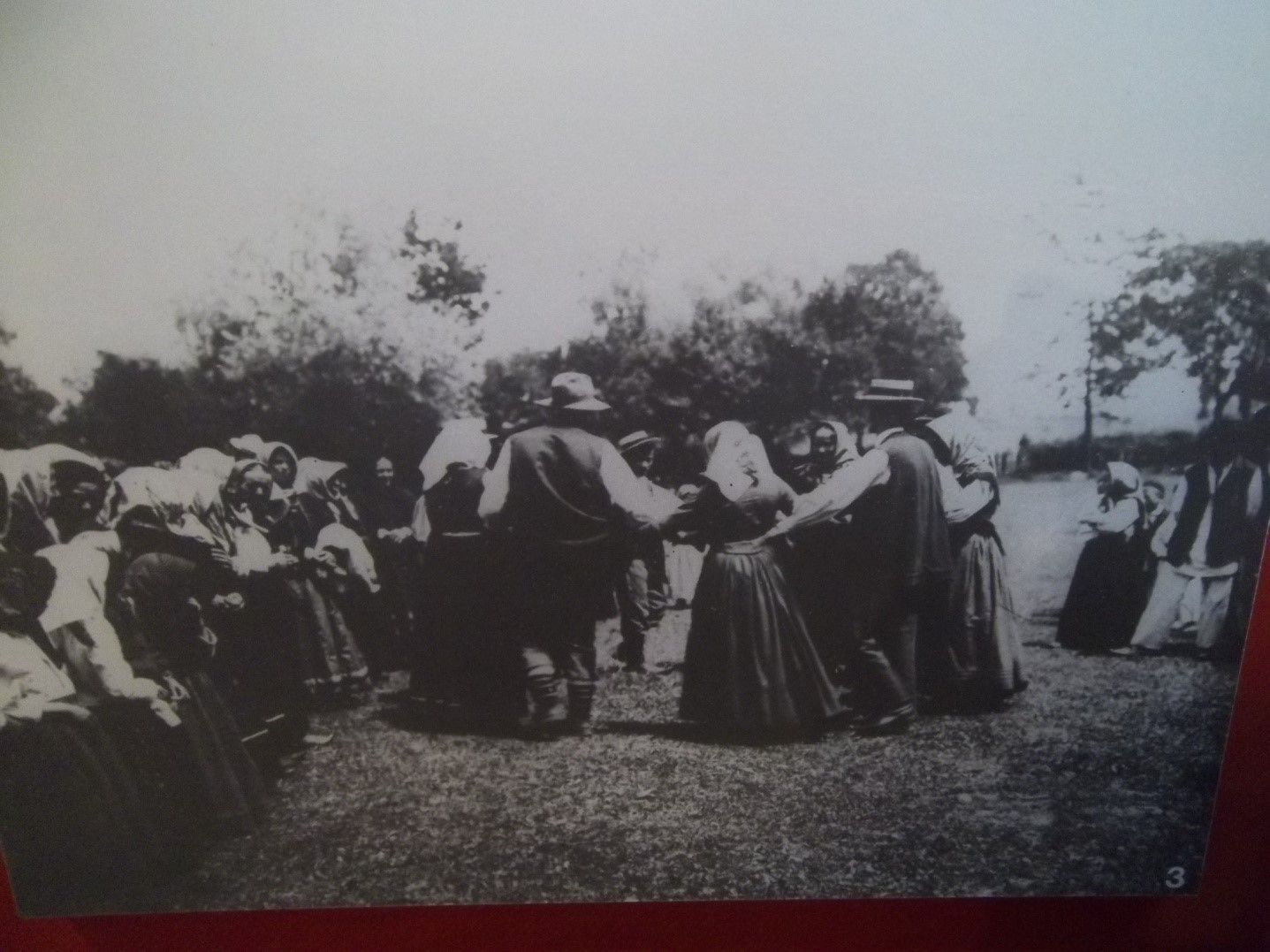 Kolo pred smiljanskom crkvom 1904.